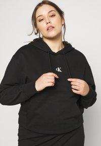 Calvin Klein Jeans Plus - PUFF PRINT LOGO HOODIE - Hoodie - black - 4