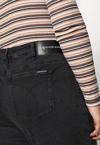 Calvin Klein Jeans Plus - PLUS HIGH RISE SKINNY ANKLE - Jeans Skinny Fit - black - 4