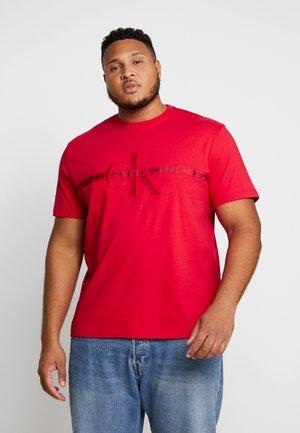 PLUS TAPING THROUGH MONOGRAM TEE - Print T-shirt - racing red