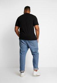 Calvin Klein Jeans Plus - PLUS TAPING THROUGH MONOGRAM TEE - T-shirt imprimé - black - 2