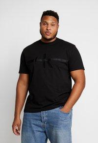 Calvin Klein Jeans Plus - PLUS TAPING THROUGH MONOGRAM TEE - T-shirt imprimé - black - 0