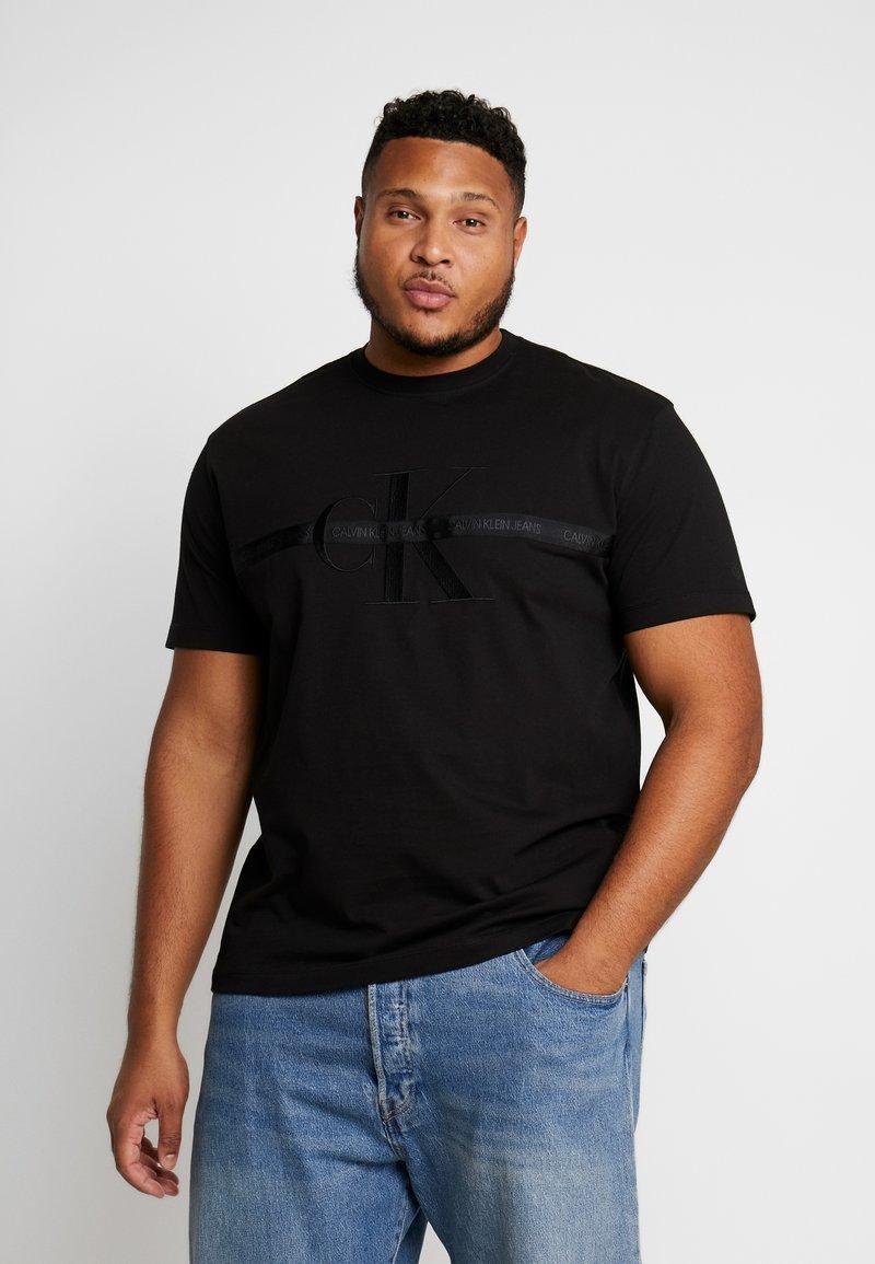 Calvin Klein Jeans Plus - PLUS TAPING THROUGH MONOGRAM TEE - T-shirt imprimé - black