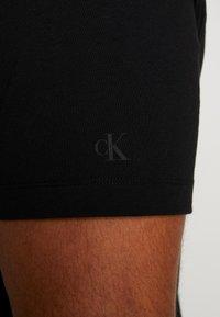 Calvin Klein Jeans Plus - PLUS TAPING THROUGH MONOGRAM TEE - T-shirt imprimé - black - 5