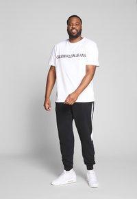Calvin Klein Jeans Plus - PLUS INSTIT LOGO TEE - Print T-shirt - bright white/ black - 1