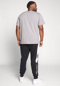 Calvin Klein Jeans Plus - PLUS INSTIT LOGO TEE - Print T-shirt - mid grey heather / poseidon - 2