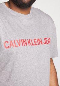 Calvin Klein Jeans Plus - PLUS INSTIT LOGO TEE - Print T-shirt - mid grey heather / poseidon - 4