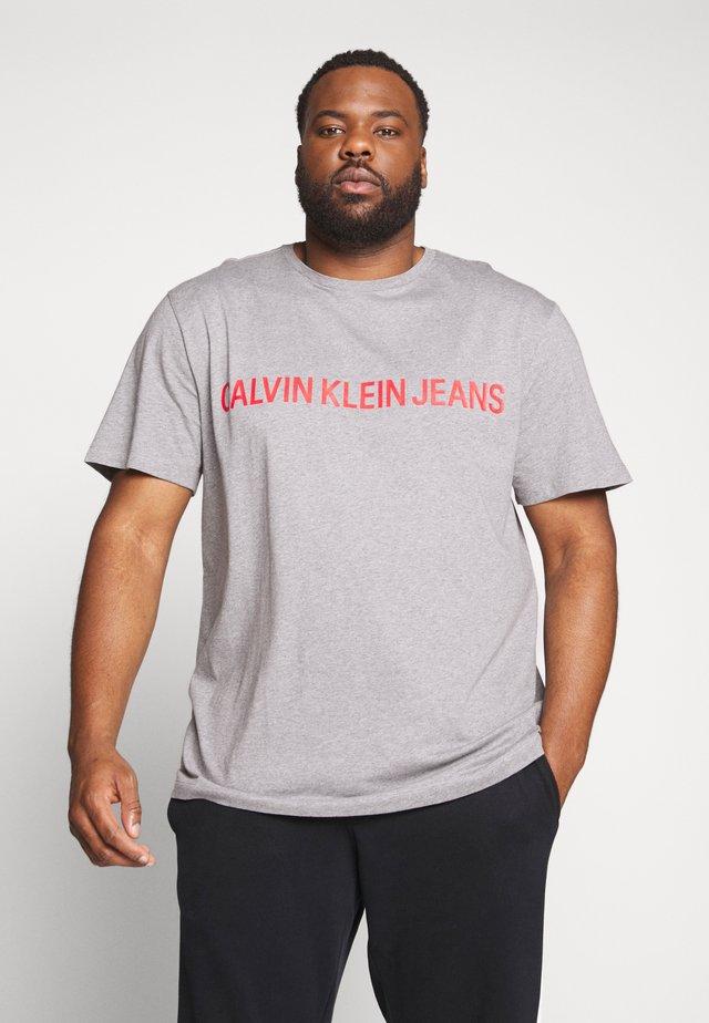 PLUS INSTIT LOGO TEE - T-Shirt print - mid grey heather / poseidon