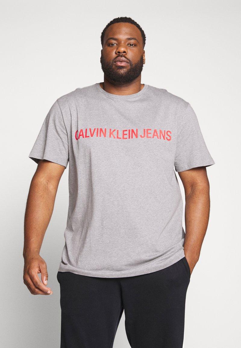 Calvin Klein Jeans Plus - PLUS INSTIT LOGO TEE - Print T-shirt - mid grey heather / poseidon