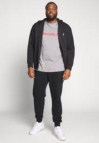 Calvin Klein Jeans Plus - PLUS INSTIT LOGO TEE - Print T-shirt - mid grey heather / poseidon - 1