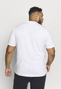 Calvin Klein Jeans Plus - CHEST LOGO TEE - Print T-shirt - bright white - 2