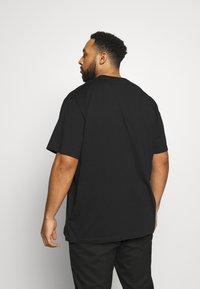 Calvin Klein Jeans Plus - CHEST LOGO TEE - Print T-shirt - black - 2