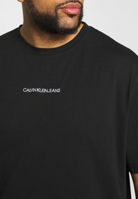 Calvin Klein Jeans Plus - CHEST LOGO TEE - Print T-shirt - black - 4