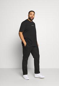 Calvin Klein Jeans Plus - CHEST LOGO TEE - Print T-shirt - black - 1