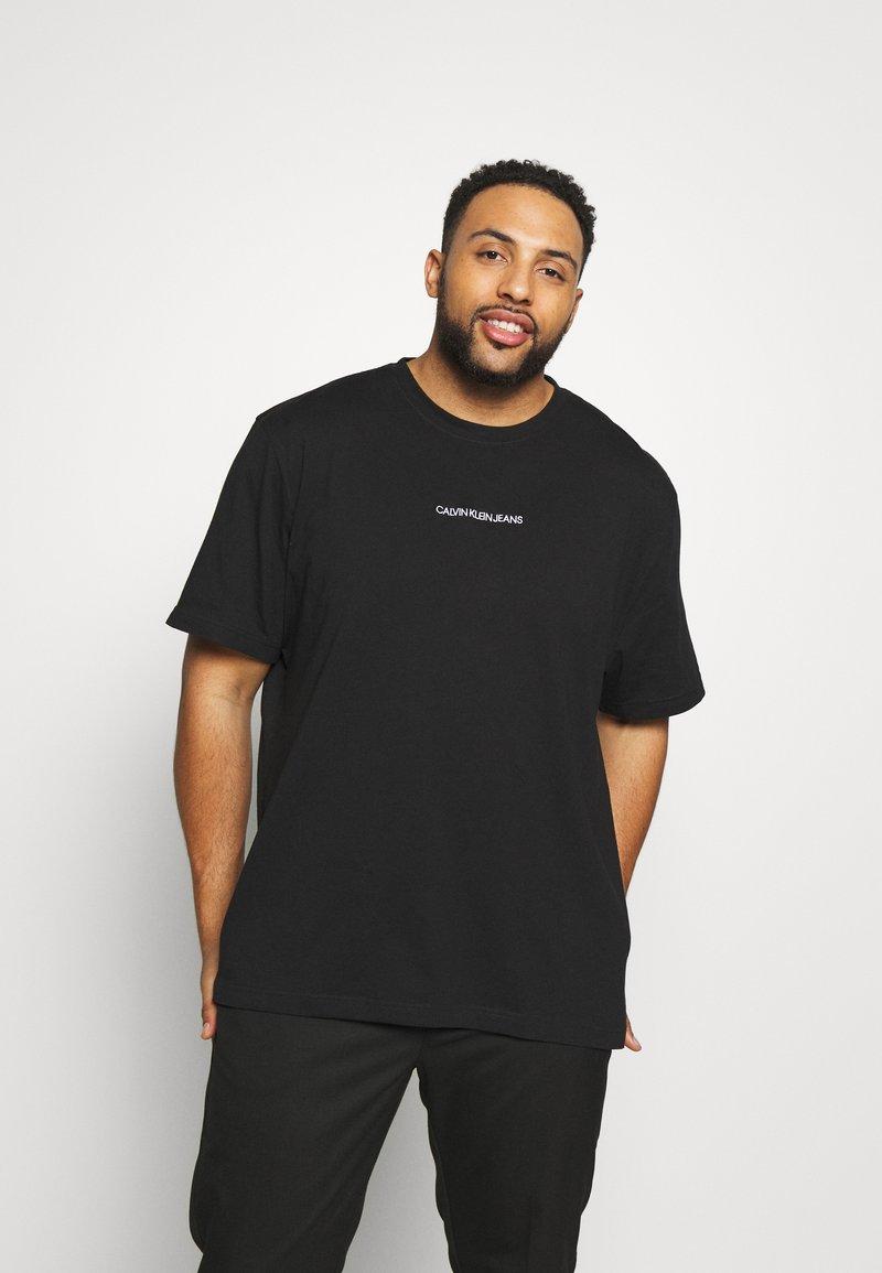 Calvin Klein Jeans Plus - CHEST LOGO TEE - Print T-shirt - black