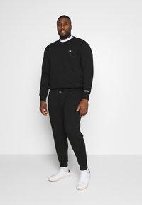 Calvin Klein Jeans Plus - PLUS ESSENTIAL - Sweatshirt - black - 1