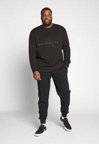 Calvin Klein Jeans Plus - TAPING THROUGH - Sweatshirt - black - 1