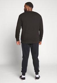 Calvin Klein Jeans Plus - TAPING THROUGH - Mikina - black - 2