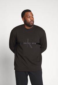 Calvin Klein Jeans Plus - TAPING THROUGH - Sweatshirt - black - 0