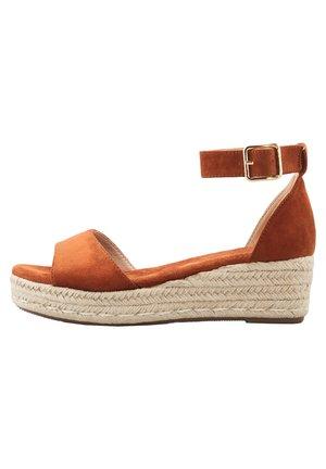 Sandales compensées - braun-mittel