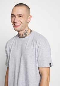 Common Kollectiv - UNISEX BOX FIT FLASH TEE - Print T-shirt - grey marl - 4