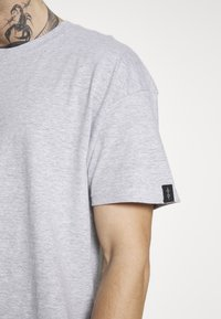Common Kollectiv - UNISEX BOX FIT FLASH TEE - Print T-shirt - grey marl - 6