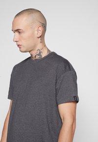 Common Kollectiv - BOX FIT FLASH TEE - T-shirt imprimé - charcoal - 5