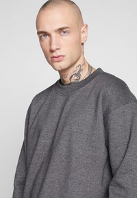 Common Kollectiv - UNISEX FLASH CREW NECK SWEATER - Mikina na zip - charcoal - 3