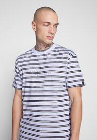 Common Kollectiv - UNISEX STRIPED LOGO PRINTED WHIP TEE - T-shirt imprimé - blue - 5