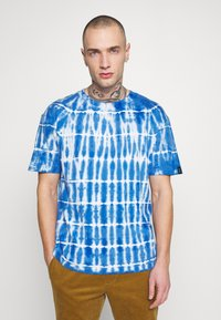 Common Kollectiv - TIE DYE SWIM TEE - T-shirt imprimé - blue - 0