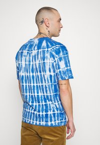 Common Kollectiv - TIE DYE SWIM TEE - T-shirt imprimé - blue - 2