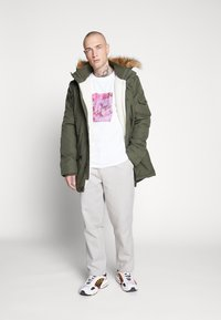 Common Kollectiv - UNISEX LOGO PRINTED BLOCK TEE - T-shirt imprimé - white - 1