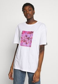 Common Kollectiv - UNISEX LOGO PRINTED BLOCK TEE - Triko s potiskem - white