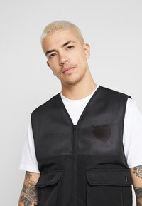 Common Kollectiv - UNISEX UTILITY BELTED RATTLE VEST - Chaleco - black - 4