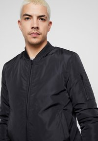 Common Kollectiv - UNISEX UTILITY SMASH JACKET - Blouson Bomber - black - 4