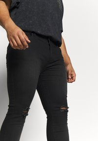 Common Kollectiv - PLUS SCRATCH RIPPED KNEE - Jeans Skinny - black - 4