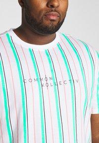 Common Kollectiv - PLUS STRIPED - Print T-shirt - white - 4