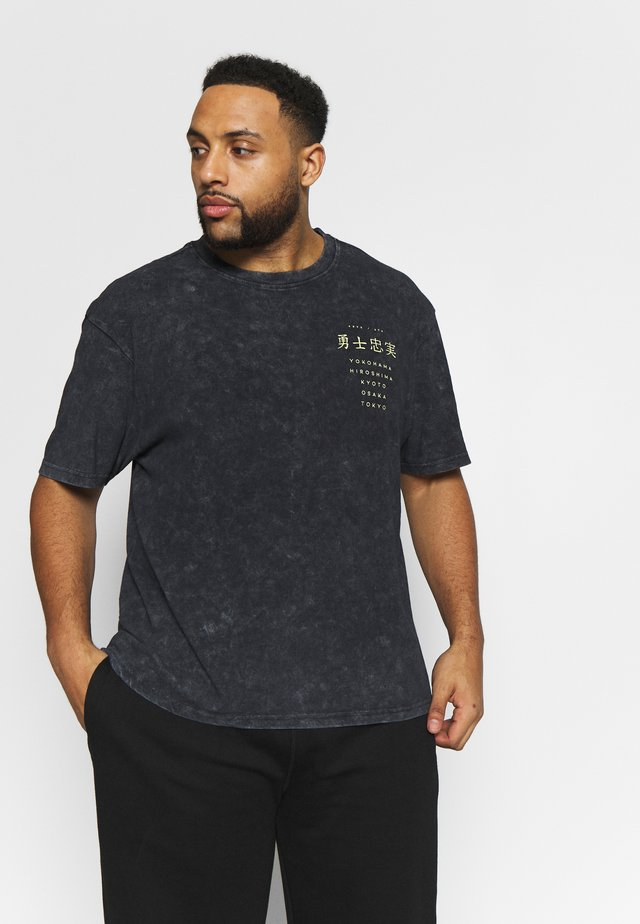 PLUS TOUR BACK  TEE - T-shirt med print - black