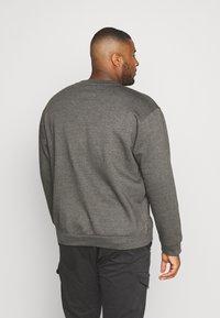 Common Kollectiv - PLUS FLASH CREW NECK  - Sweatshirt - charcoal - 2