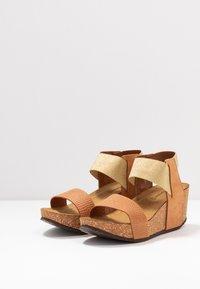 Copenhagen Shoes - DANIELA  - Platåsandaletter - cognac - 4