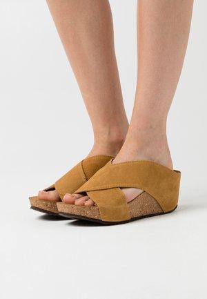 FRANCES - Pantofle na podpatku - tan
