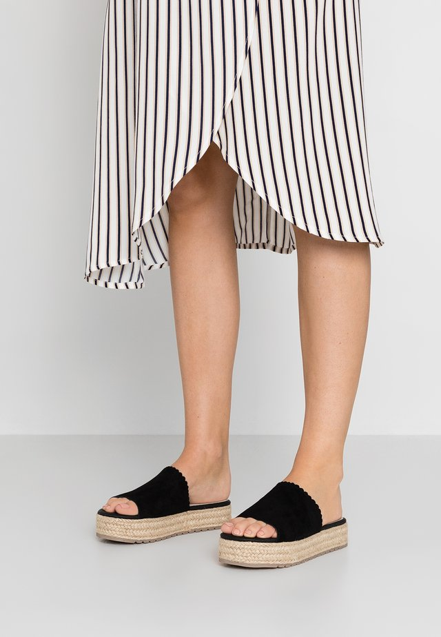 TIRI - Pantolette flach - black