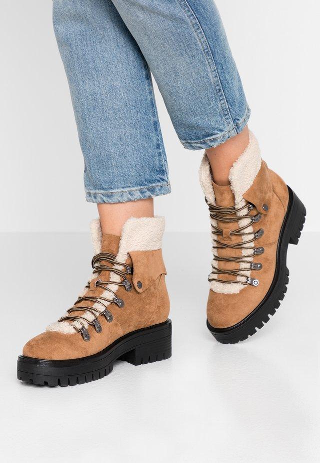 TEVER - Kotníkové boty na platformě - cognac
