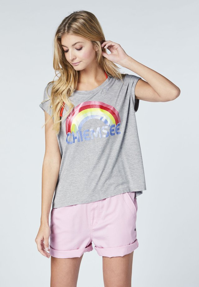 MIT REGENBOGEN PRINT - Print T-shirt - grey