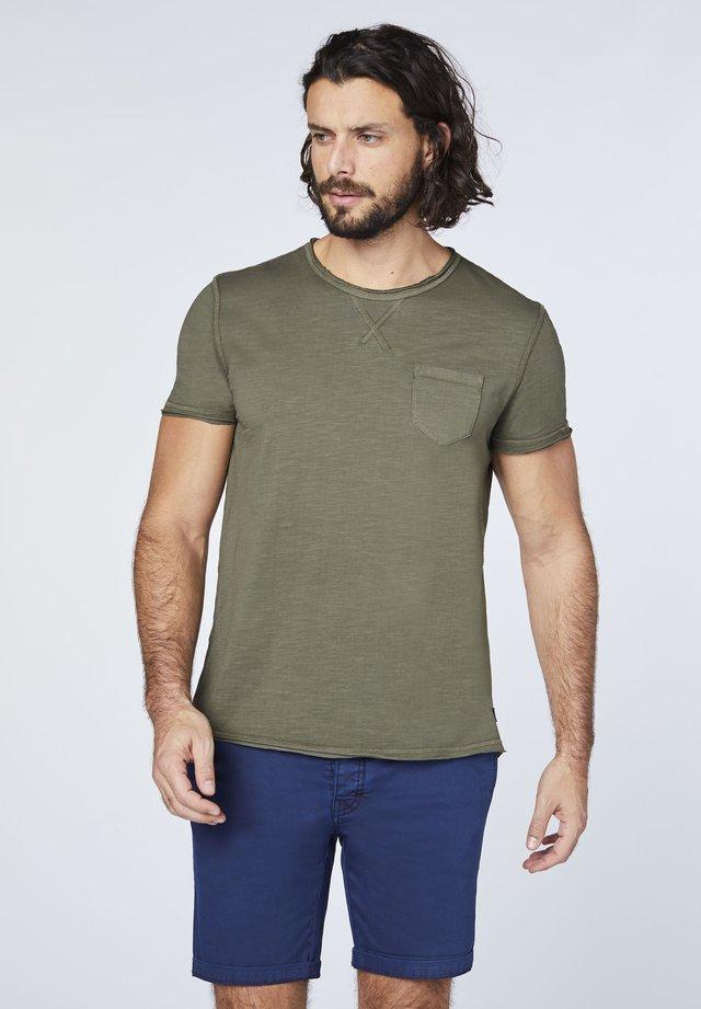 MIT EINER BRUSTTASCHE - Print T-shirt - dusty olive