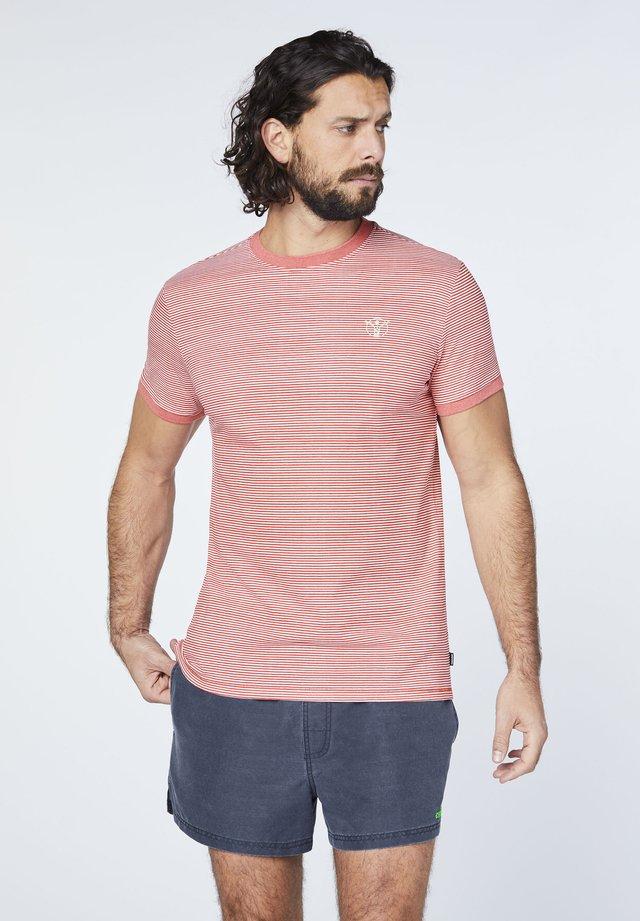 MIT COOLEM RÜCKENPRINT - Print T-shirt - red/white