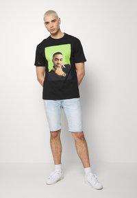Chi Modu - QUEENS - T-shirt imprimé - black/green - 1