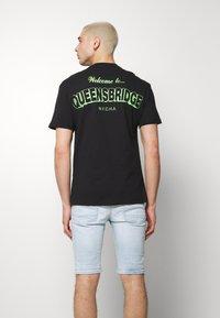 Chi Modu - QUEENS - T-shirt imprimé - black/green - 2