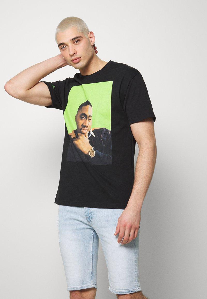 Chi Modu - QUEENS - T-shirt imprimé - black/green