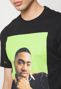 Chi Modu - QUEENS - T-shirt imprimé - black/green - 3