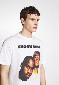 Chi Modu - SHOOK ONES - T-shirt imprimé - white / black - 4
